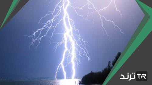 عاصفة ممطرة فيها برق ورعد